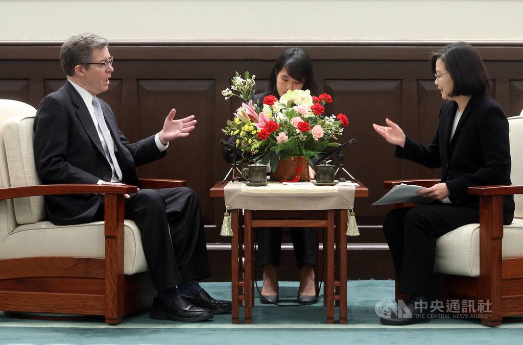 總統蔡英文(右)11日在總統府接見美國國際宗教自由無任所大使布朗貝克(Sam Brownback)(左),蔡總統表示,台灣成為第一個在亞太區域舉行宗教自由會議的國家,這場活動展現台美堅實的夥伴關係。中央社記者鄭傑文攝 108年3月11日