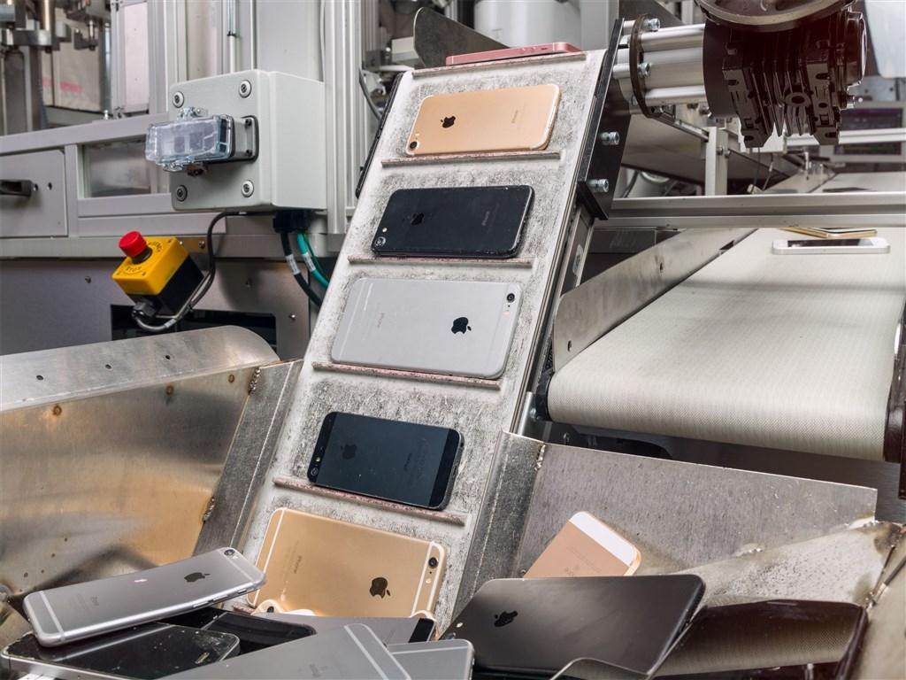蘋果第2代拆解機器人Daisy每小時可拆解200支iPhone,回收iPhone內的稀土、金、鈀等可再利用貴金屬材料。(圖取自蘋果官網)