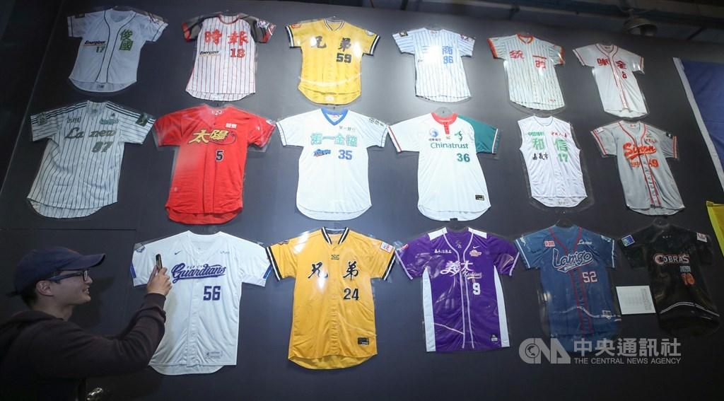台灣職棒發展有球隊出局、也有球隊加入,1997年和信鯨隊加盟,1998年時報鷹隊解散、1999年兩支中職創始球隊味全龍、三商虎隊也先後解散,台灣職棒邁入一段分立而競爭的局面。圖為中職30週年特展球衣牆。中央社記者張新偉攝 108年3月11日
