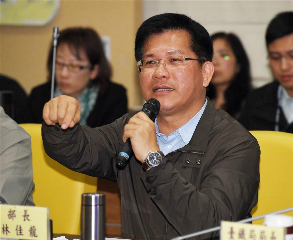 交通部長林佳龍退回普悠瑪調查報告,表示懲處是「重重拿起,輕輕放下」,應課以相關負責人之責任。(中央社檔案照片)