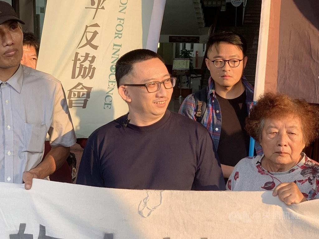 遭控犯下台南市歸仁區雙屍命案、羈押19年的死囚謝志宏(中),14日下午獲釋,重享自由喜悅,他被媒體問到有什麼感想時說:「自由真好。」中央社記者張榮祥台南攝 108年3月14日
