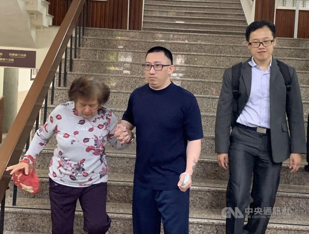 台南高分院14日裁定再審遭控犯下台南歸仁雙屍命案的謝志宏(中),並停止刑罰執行,遭羈押迄今已19年的謝志宏下午獲釋,緊牽母親的手,難掩開心。中央社記者張榮祥攝 108年3月14日