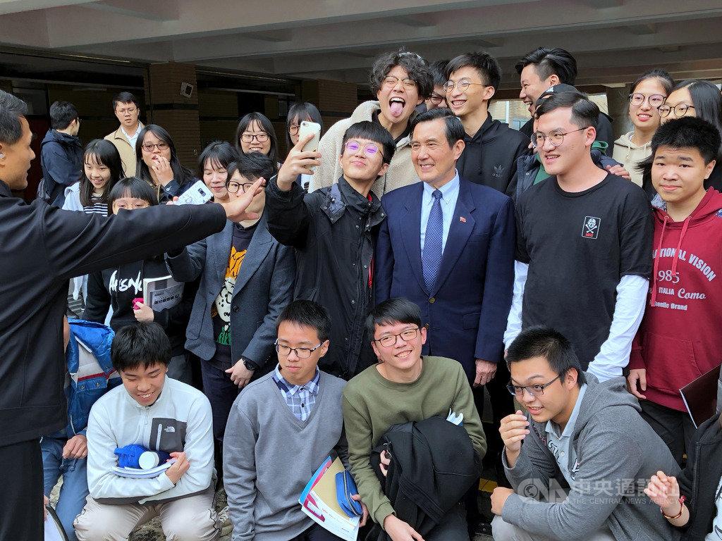 前總統馬英九(2排右3)15日下午出席政大附中成年禮活動,與學生開心合影。中央社記者陳至中台北攝 108年3月15日