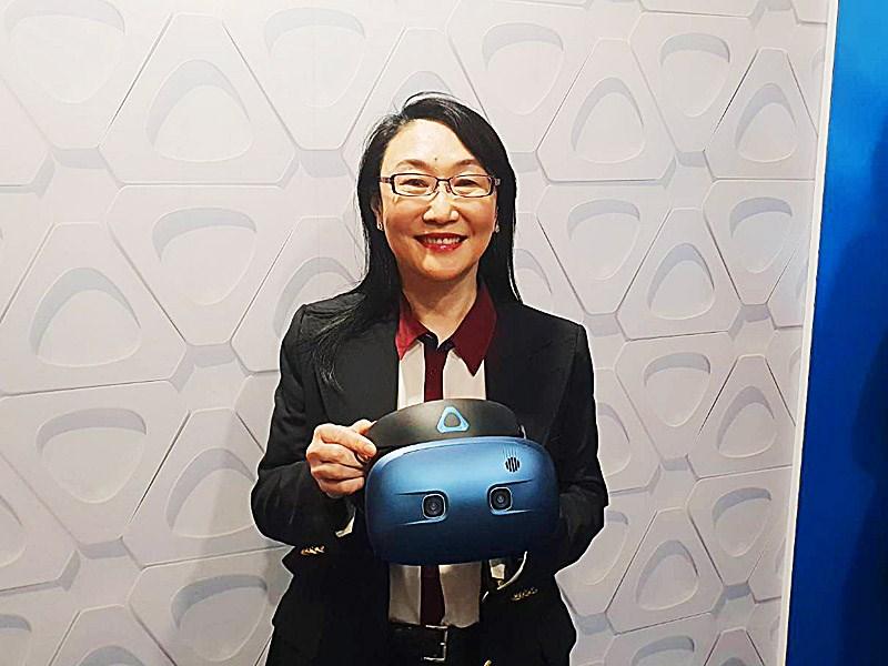 受惠Google加持,宏達電2018年EPS達14.72元,終結連3年虧損態勢。圖為宏達電董事長王雪紅展示VR裝置VIVE Cosmos。(中央社檔案照片)