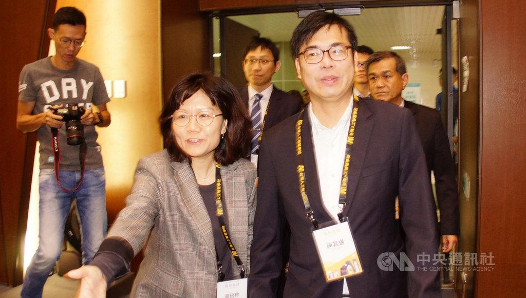 行政院副院長陳其邁(前右)16日出席台灣人工智慧學校南部分校第一期開學典禮時受訪表示,國民黨主席吳敦義提出高雄市長韓國瑜出來選2020總統,是個假設性問題,高雄市民希望能看到整個城市的進步與發展,這才該好好考量。中央社記者程啟峰高雄攝 108年3月16日