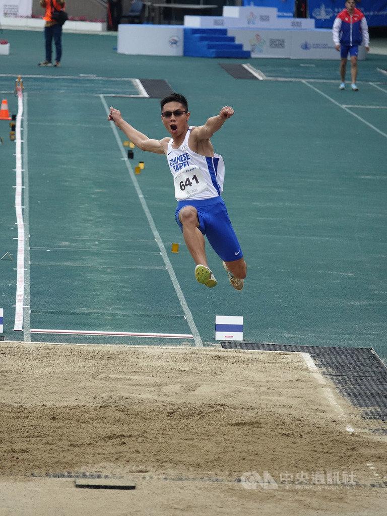 2019年亞洲青少年田徑錦標賽男子跳遠決賽,惠文高中一年級小將何奎霖(圖)一度以生涯最佳的7公尺48領先,可惜被中國選手在最後一跳,以7公尺63逆轉超車,最終拿下銀牌。(中華田協提供)中央社記者龍柏安傳真  108年3月16日