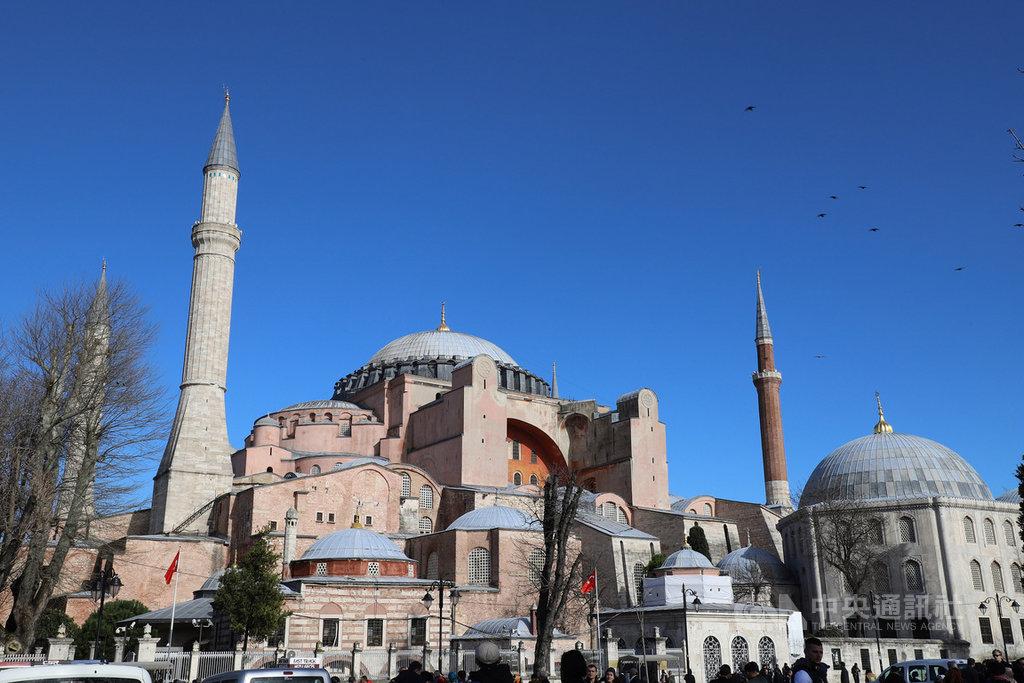 紐西蘭清真寺槍擊案主嫌在犯案宣言中以君士坦丁堡稱伊斯坦堡,強調君士坦丁堡理所當然該重回基督教徒懷抱,聖索菲亞將不再有尖塔。圖為聖索菲亞博物館外觀。中央社記者何宏儒伊斯坦堡攝 108年3月16日