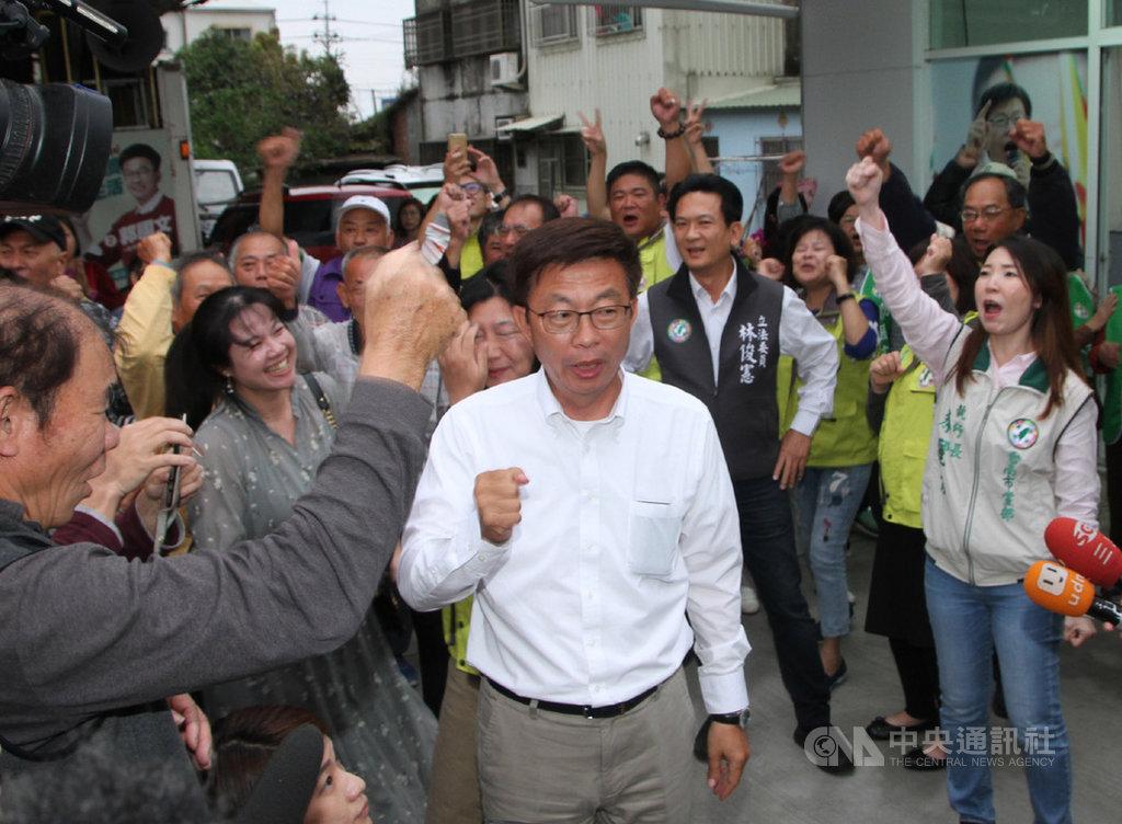 民進黨台南市立委補選候選人郭國文(中)16日下午獲知勝選消息後,在競選總部向支持者致謝,在綠營去年九合一選舉失利及「韓流」壓境下,郭國文穩住民進黨這一席頗具意義。中央社記者楊思瑞攝 108年3月16日