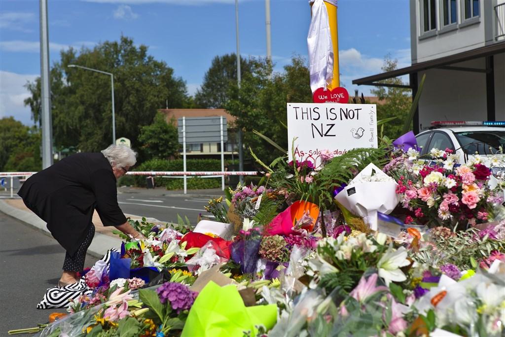 紐西蘭基督城2間清真寺15日遭屠殺釀49死,民眾至案發現場附近哀悼罹難者。(安納杜魯新聞社提供)
