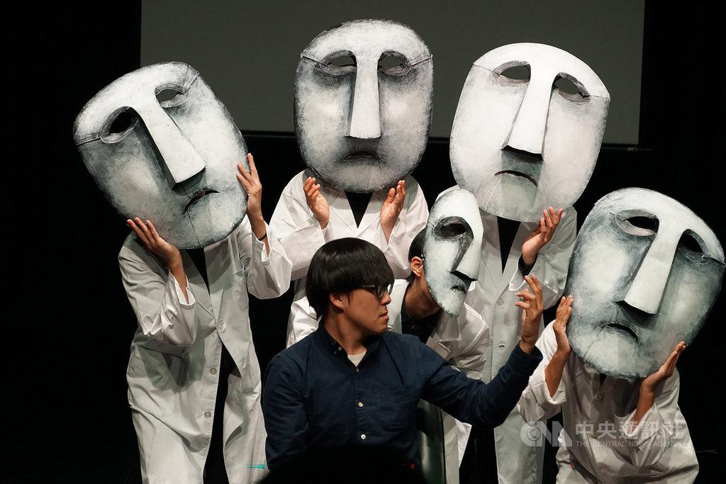 飛人集社劇團推出新作「黑色微光」,藉著光影、執頭偶、面具偶與真人演出,帶領觀眾穿梭在黑暗與虛實之間,同時表達對於隱藏在社會中的家暴事件、身處高壓生活環境中孩子們的關懷。(飛人集社提供)中央社記者汪宜儒傳真 108年3月19日
