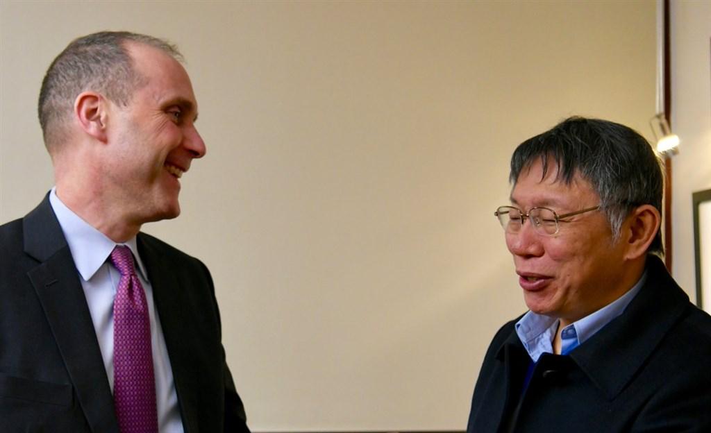 美國在台協會20日在臉書轉貼美國國務院東亞局推特發布美國代理副助卿史墨客(左)與柯文哲(右)會晤的照片。(圖取自twitter.com/USAsiaPacific)