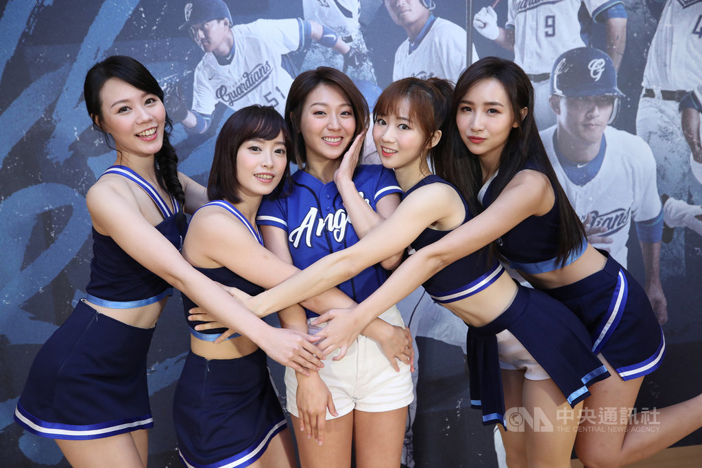 中職富邦悍將隊20日在台北舉辦記者會,啦啦隊Fubon Angels新任隊長Anny(中)帶領新學妹姍姍(左)、蓁蓁(右)、丹丹(左2)、秀秀子(右2)亮相。中央社記者張新偉攝 108年3月20日