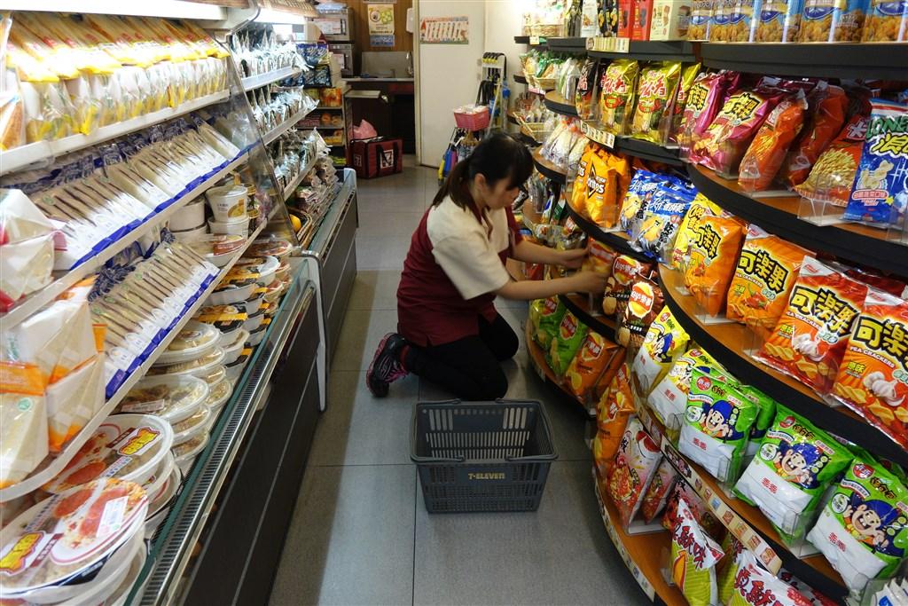 各行業人力不足,台灣便利商店部分區域不再24小時營業,統一超商目前有400家非24小時門市,萊爾富甚至有在園區的門市假日不營業。(中央社檔案照片)