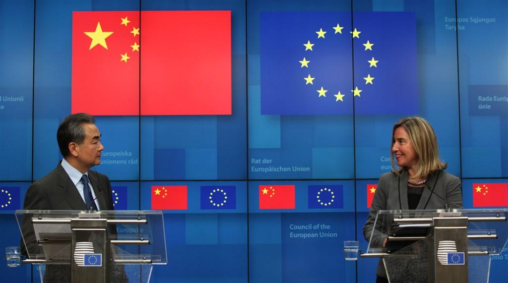 中國外交部長王毅(左)18日在布魯塞爾與歐盟外交和安全政策高級代表茉格里尼(右)共同主持中歐高級別戰略對話。(中新社提供)