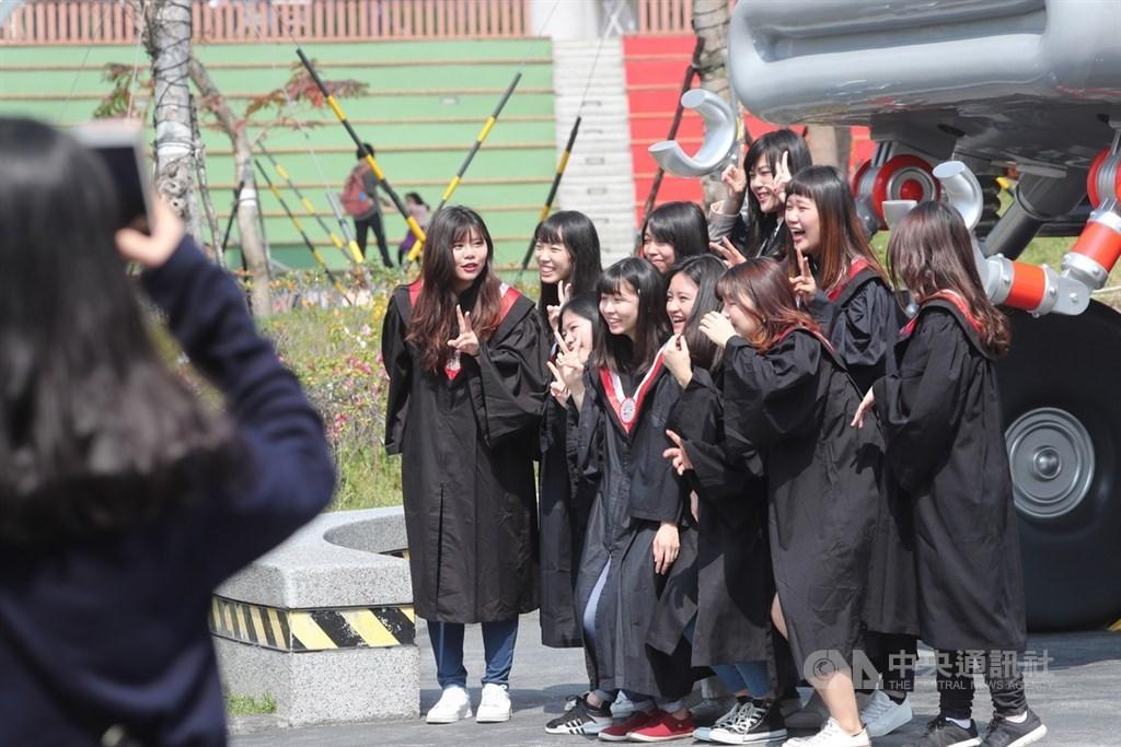 根據聯合國「全球幸福報告」,台灣在全球156個國家和地區中排名第25名。圖為學生在兒童新樂園拍畢業照。(中央社檔案照片)