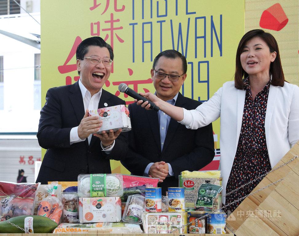 新加坡職總平價合作社「台灣食品節」開幕,駐新加坡代表梁國新(左)向消費者推薦台灣啤酒。中央社記者黃自強新加坡攝 108年3月21日