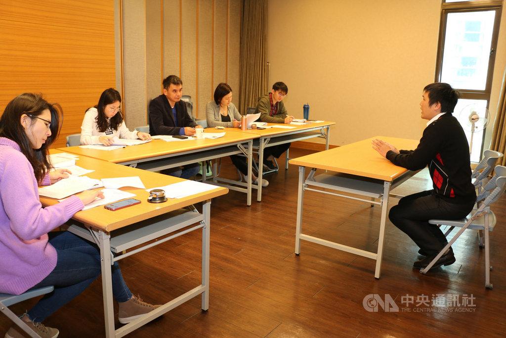 第4屆亞洲有機青年論壇26日將在新北市舉行,青農踴躍報名,經過兩波面試,測驗應試者英文程度與有機方面專業知識後,選出25名台灣學員,將與22名國際學員共同參與研習。圖為徵選情形。(新北市農業局提供)中央社記者王鴻國傳真  108年3月21日