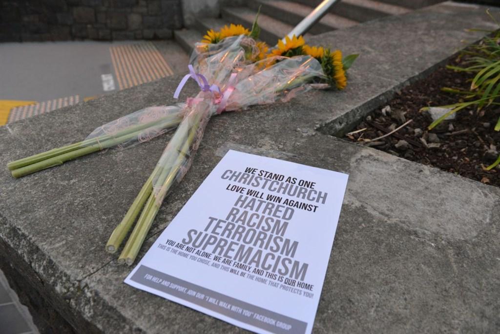 紐西蘭基督城15日發生50死恐攻。總理阿爾登21日宣布禁售攻擊步槍與半自動武器。圖為民眾16日在基督城街道上放置的鮮花。(安納杜魯新聞社提供)