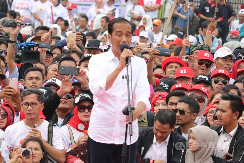 印尼總統佐科威日前在萬隆造勢。多數民調顯示佐科威穩定領先,可望連任。中央社記者石秀娟萬隆攝  108年3月22日