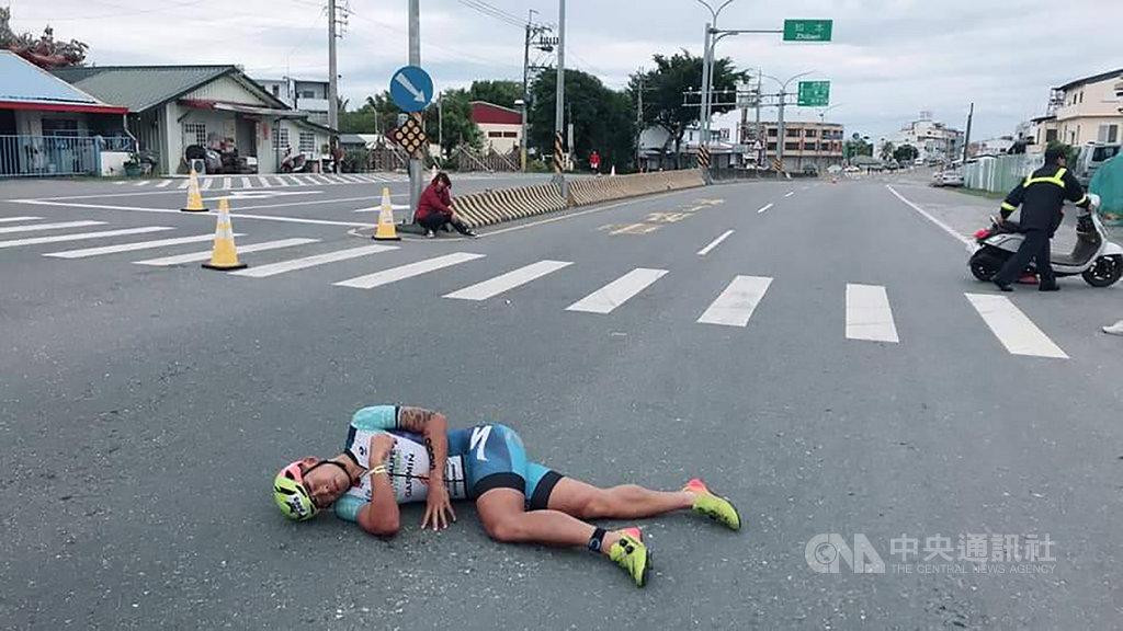 2019 IRONMAN 70.3 Taiwan鐵人三項國際賽24日進行第2天賽程,台灣鐵人一哥謝昇諺在自行車競賽時,遭闖入的機車擦撞而跌倒在地,表情十分痛苦,目擊民眾嚇了一跳,趕緊通報。(翻攝照片)中央社記者李先鳳傳真 108年3月24日
