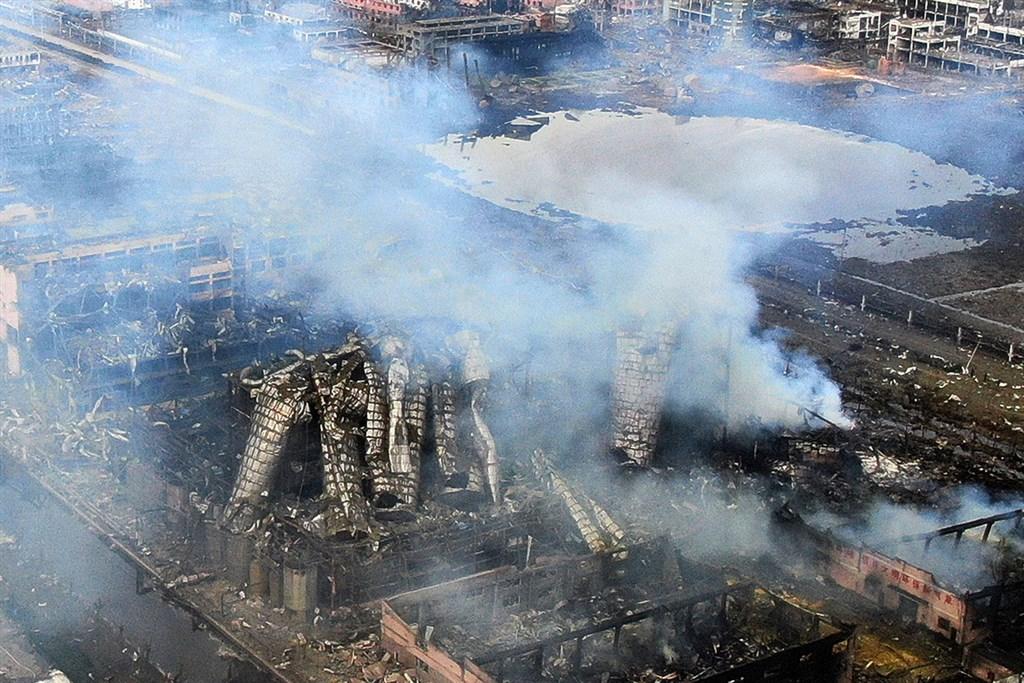 中國大陸江蘇省鹽城市一座化工廠21日發生大爆炸,至今已造成64人死亡、604人受傷。圖為22日航拍事故現場滿目瘡痍。(中新社提供)