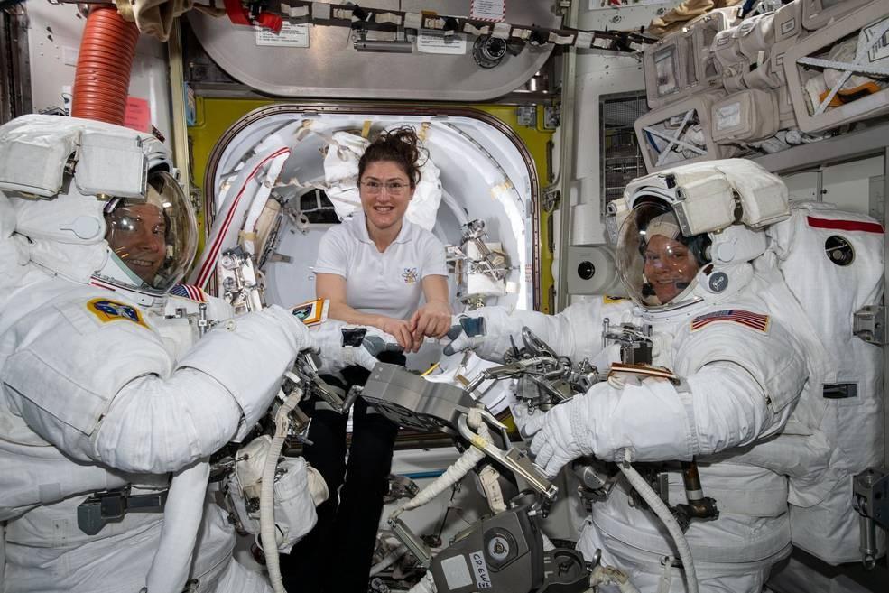 女太空人柯克(中)29日將和美國男同事赫格(左)一起在太空出任務,而非與原訂的另一名女太空人麥克林(右)。(圖取自nasa.gov)