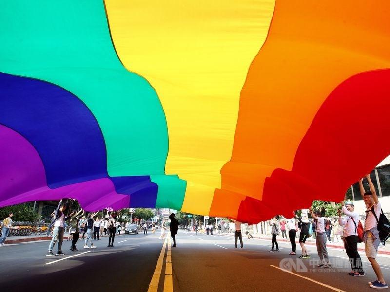 為實現公投案內容,教育部近日預告「性別平等教育法施行細則第13條修正草案」,將同志教育修正為認識及尊重不同性別特質、性別認同等內涵。(示意圖/中央社檔案照片)
