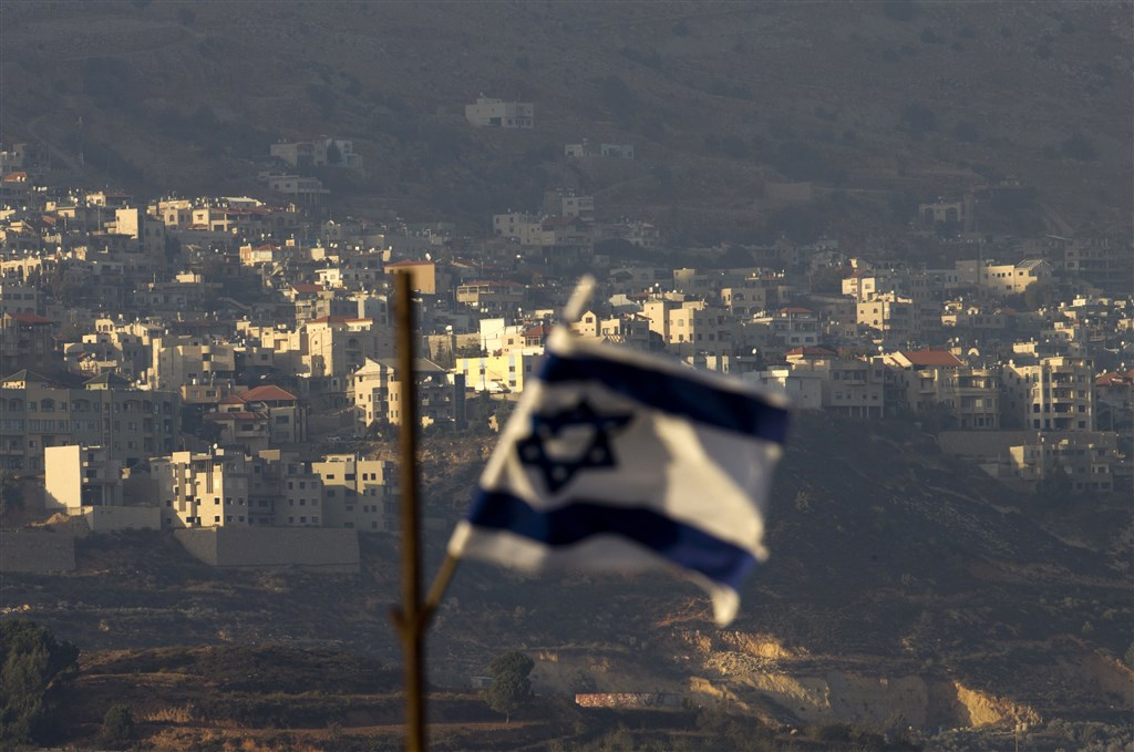 美國總統川普25日宣告,美國正式承認以色列對戈蘭高地的主權。圖為當地以色列國旗。(美聯社提供)
