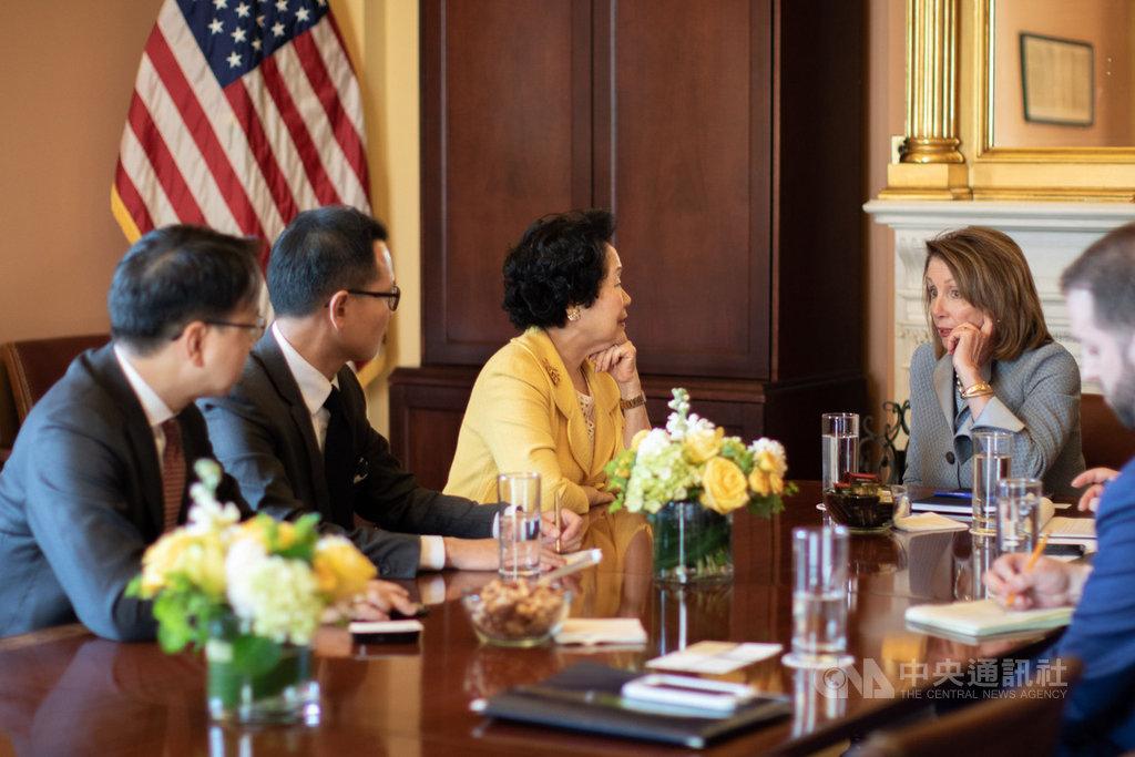 美國眾議院議長裴洛西(左4)在華盛頓會晤前香港政務司司長陳方安生(左3)等人組成的訪問團,期間她指港府修改逃犯條例「會影響美國人的人身安全」。(訪問團提供)中央社記者張謙香港傳真 108年3月27日