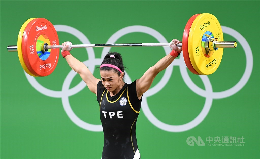 兩屆奧運舉重金牌許淑淨遭驗出用禁藥,由於是在2017年11月接受藥檢,因此她在2012、2016拿下的兩面奧運金牌暫不受影響。圖為許淑淨在2016年里約奧運比賽畫面。(中央社檔案照片)