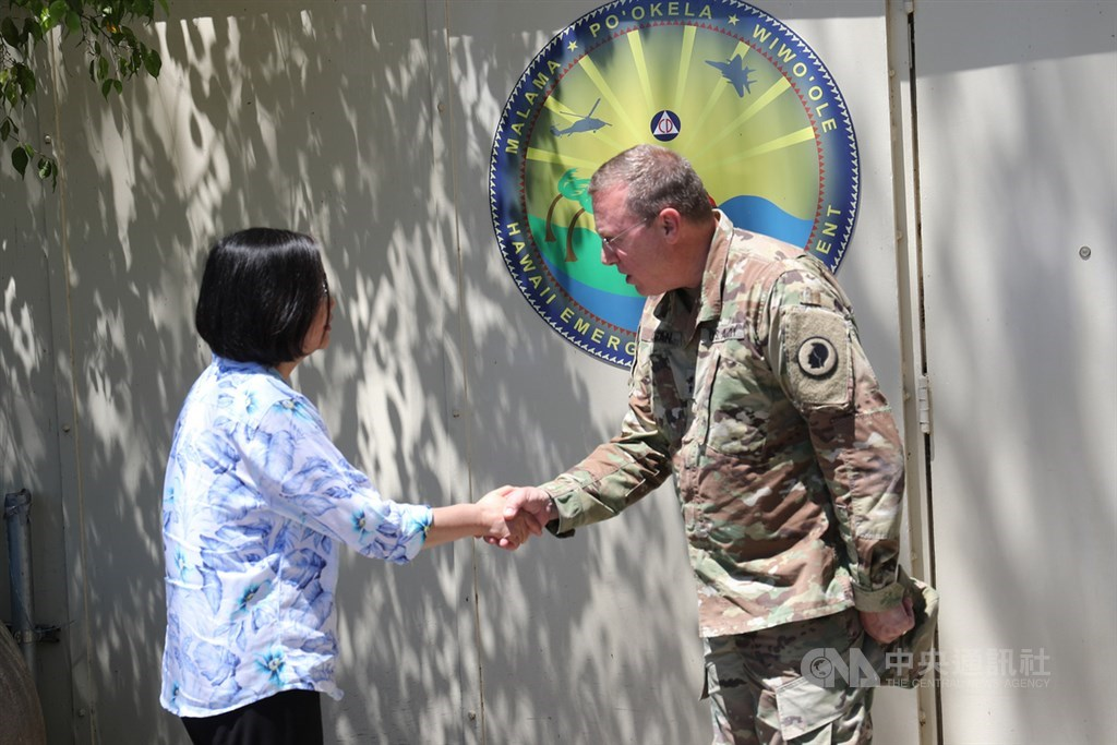總統蔡英文(左)首訪夏威夷州急難管理署,參訪陸軍國民兵群指管災防中心,夏威夷州國民兵司令兼民防廳長羅根(Arthur Logan)(右)陪同參訪,兩人握手致意。中央社記者吳家昇攝 108年3月28日