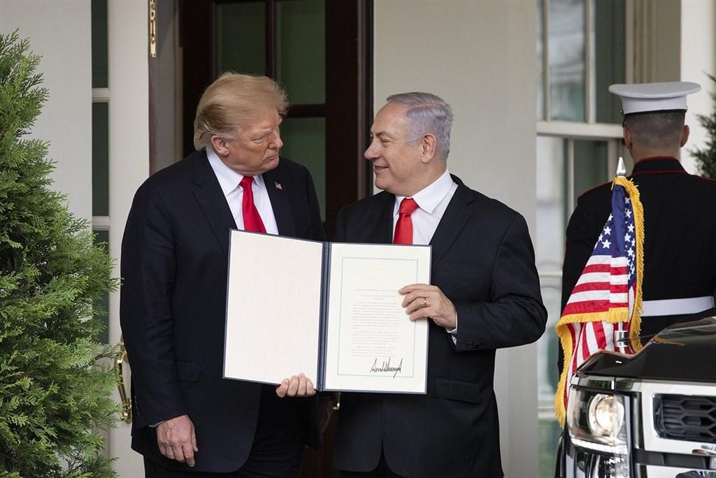 美國總統川普(前右)25日在與以色列總理尼坦雅胡(前左)會面之初簽署命令,宣告美國承認以色列對戈蘭高地的主權。(圖取自twitter.com/WhiteHouse)