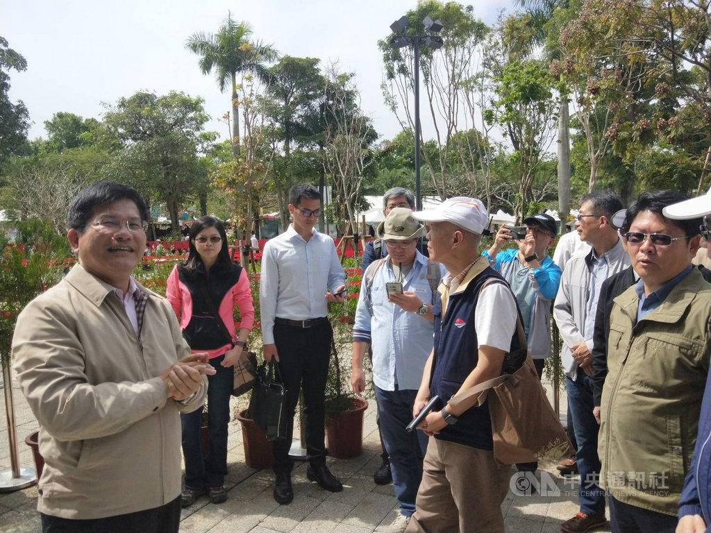 交通部長林佳龍(左)30日帶領交通部同仁參觀台中世界花卉博覽會,並化身導覽員親自解說。中央社記者趙麗妍攝 108年3月30日