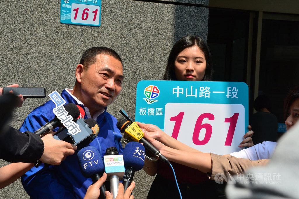 新北市府民政局長柯慶忠30日表示,市長侯友宜(左)27日所張貼的新門牌底色就是去年競圖的藍綠色(圖),將來的數字顏色恢復到與底色一樣的藍綠色。(資料照片)中央社記者黃旭昇新北攝 108年3月30日