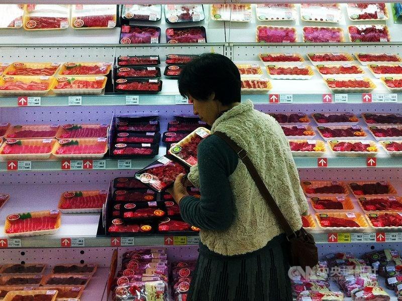 美國貿易代表署公布年度報告,再度提到台灣限制美國豬肉及牛肉的進口問題。圖為民眾選買肉品。(中央社檔案照片)