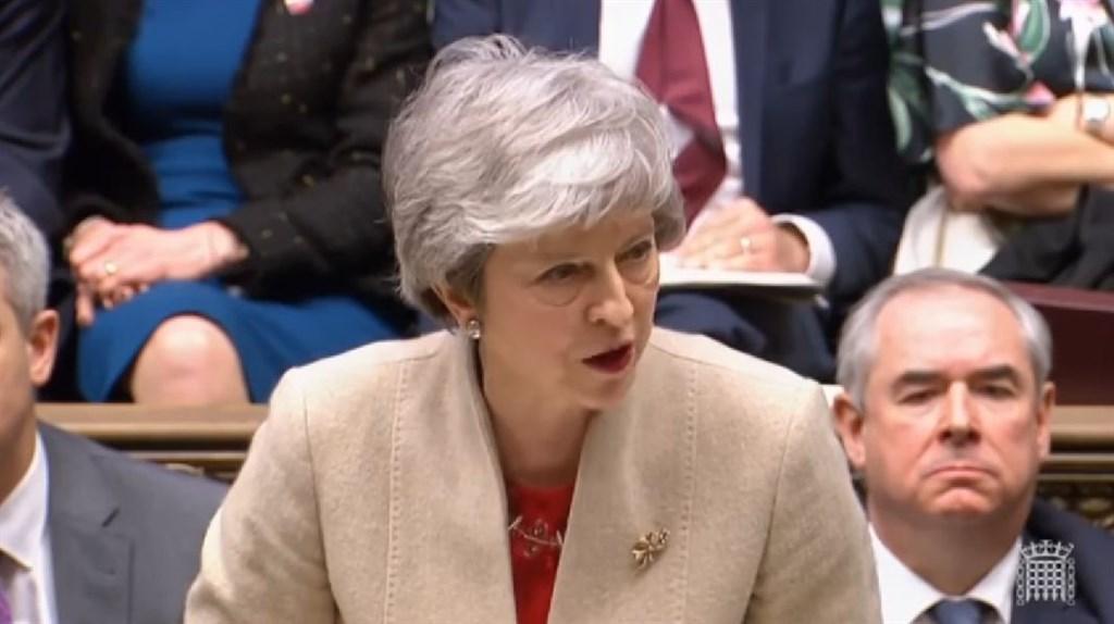 英國首相梅伊(中)曾表示,提前舉行大選是英國最不想要的事,但她的發言人29日態度似有軟化,僅堅稱大選不符合英國的最佳利益。(圖取自UK Parliament YouTube頻道網頁youtube.com)