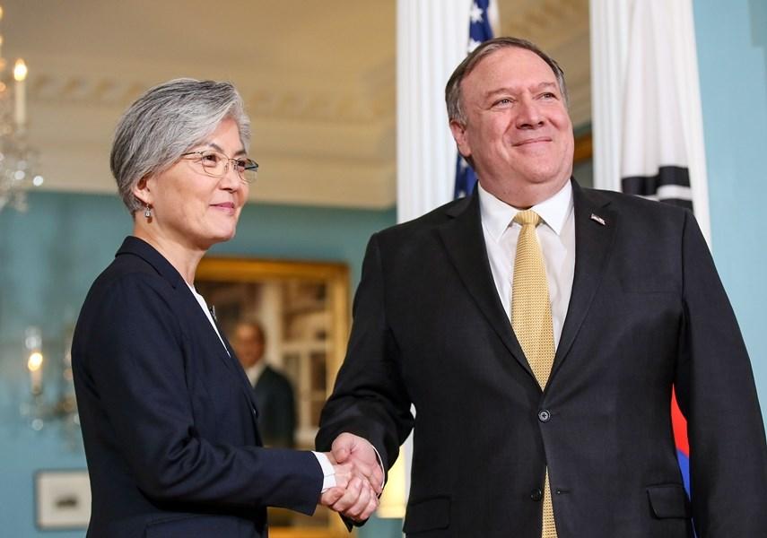 南韓外交部長官康京和(左)29日在華盛頓和美國國務卿蓬佩奧舉行會談後表示,雙方再次確認韓美雙方在北韓政策上的目標完全一致。(韓聯社提供)