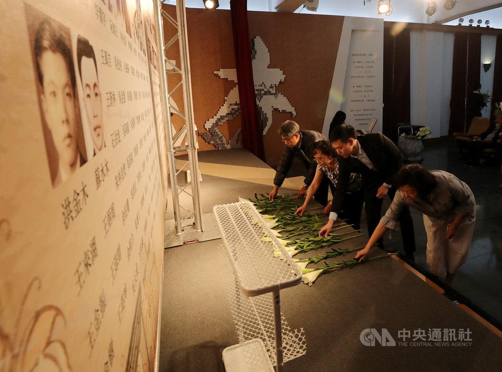 二二八基金會31日在台北舉辦失蹤受難者追思會,參加追思會的受難者家屬到台前獻花,向失蹤受難者致意。中央社記者張皓安攝 108年3月31日