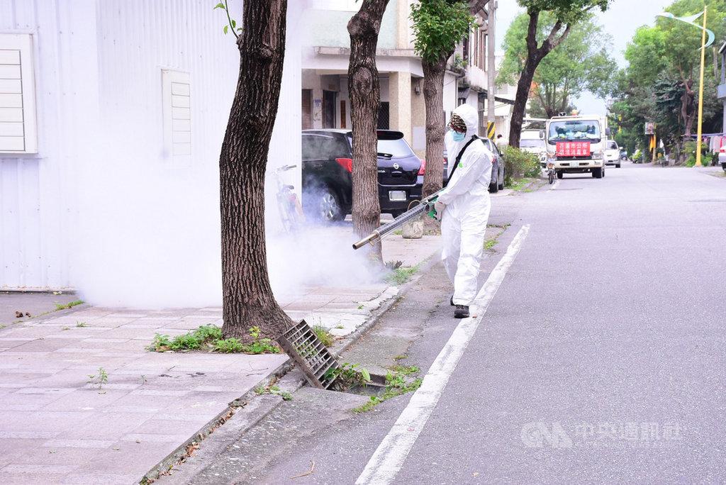 受暖冬影響,夏季才出沒的小黑蚊已開始肆虐,花蓮市公所加強清溝及環境清淨消毒。(花蓮市公所提供)中央社記者李先鳳傳真 108年3月31日
