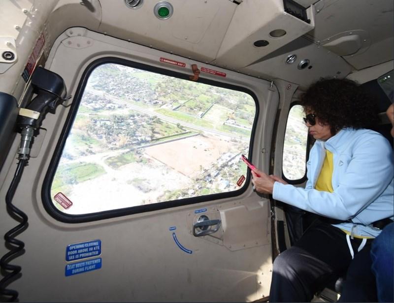 熱帶氣旋伊代重創非洲國家莫三比克,港口城市貝拉受創最深,風災兩週後依然滿目瘡痍。圖為南非國際關係部長席蘇魯搭乘直升機赴貝拉勘災。(圖取自twitter.com/lindiwesisulusa)