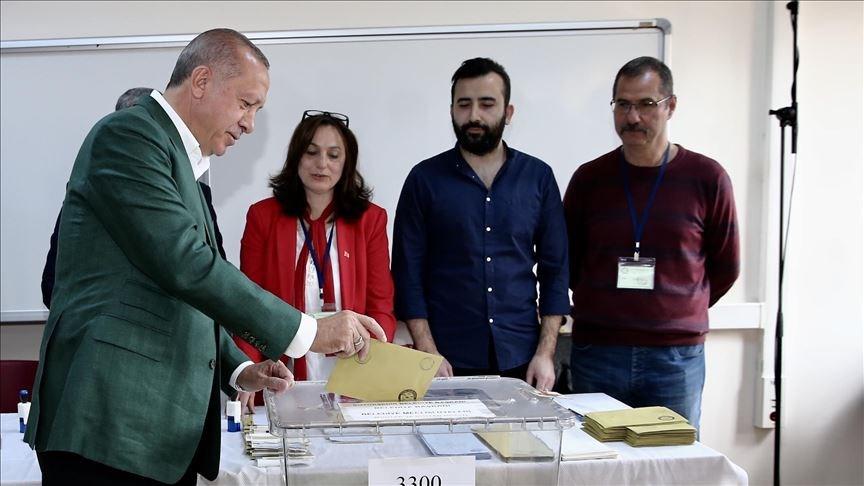 土耳其31日舉行地方選舉,總統艾爾段(左1)前往投票。(安納杜魯新聞社提供)