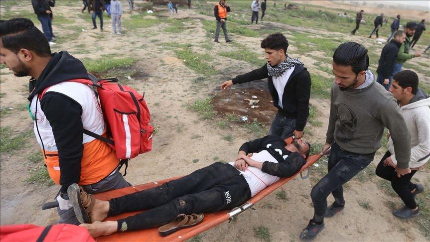 以巴衝突升溫一週年,成千上萬巴勒斯坦人30日聚集在以色列與加薩走廊邊界抗議,以色列部隊開火造成3名巴勒斯坦人喪命,另有316名加薩人受傷。(安納杜魯新聞社提供)