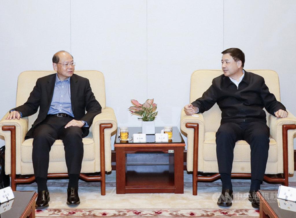 曾強硬鎮壓「占中」運動的香港前警務處長曾偉雄(左),罕見地獲北京當局委任為禁毒委副主任。圖為中國公安部副部長王小洪(右)1日會晤曾偉雄。(取自中國公安部)中央社記者張謙香港傳真 108年4月2日