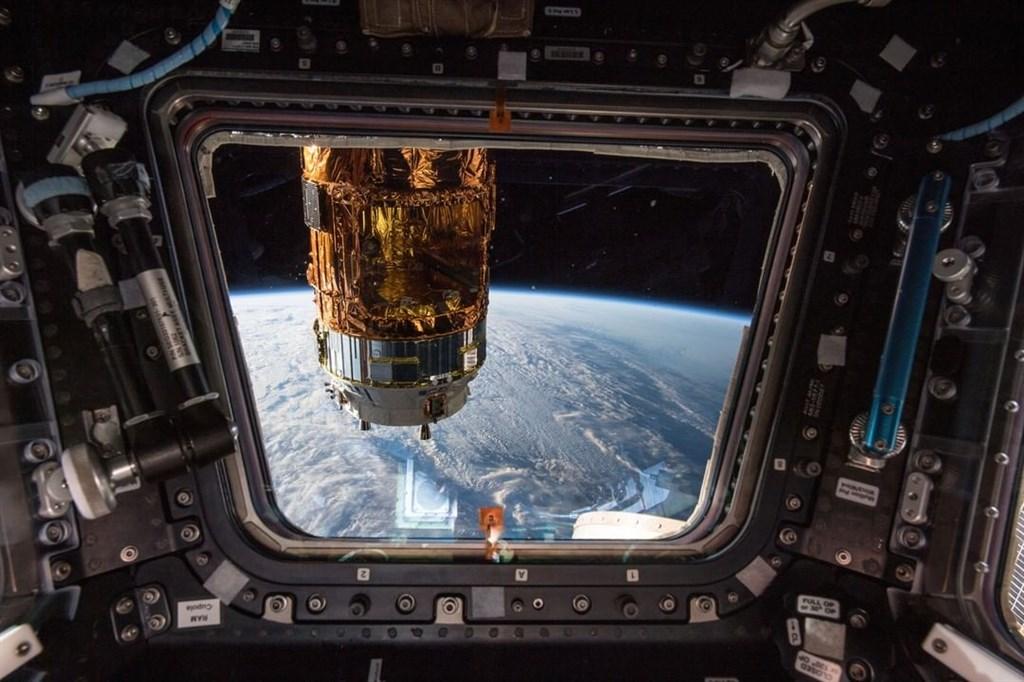 美國國家航空暨太空總署證實,計劃在2033年送人類上火星。圖為從國際太空站窗口望向地球的景色。(圖取自instagram.com/nasa)