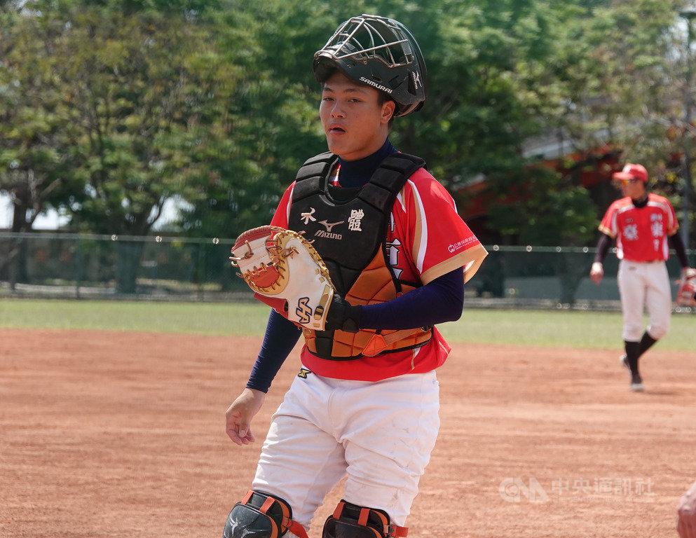 2019年東岸聯盟U18棒球邀請賽賽程5日持續在台東開打,台東縣聯隊攻擊型捕手張聖豪在與成功商水的賽事中先發蹲捕、打第4棒,3局敲出安打,5局選到保送,替球隊跑回1分。中央社記者謝靜雯攝 108年4月5日