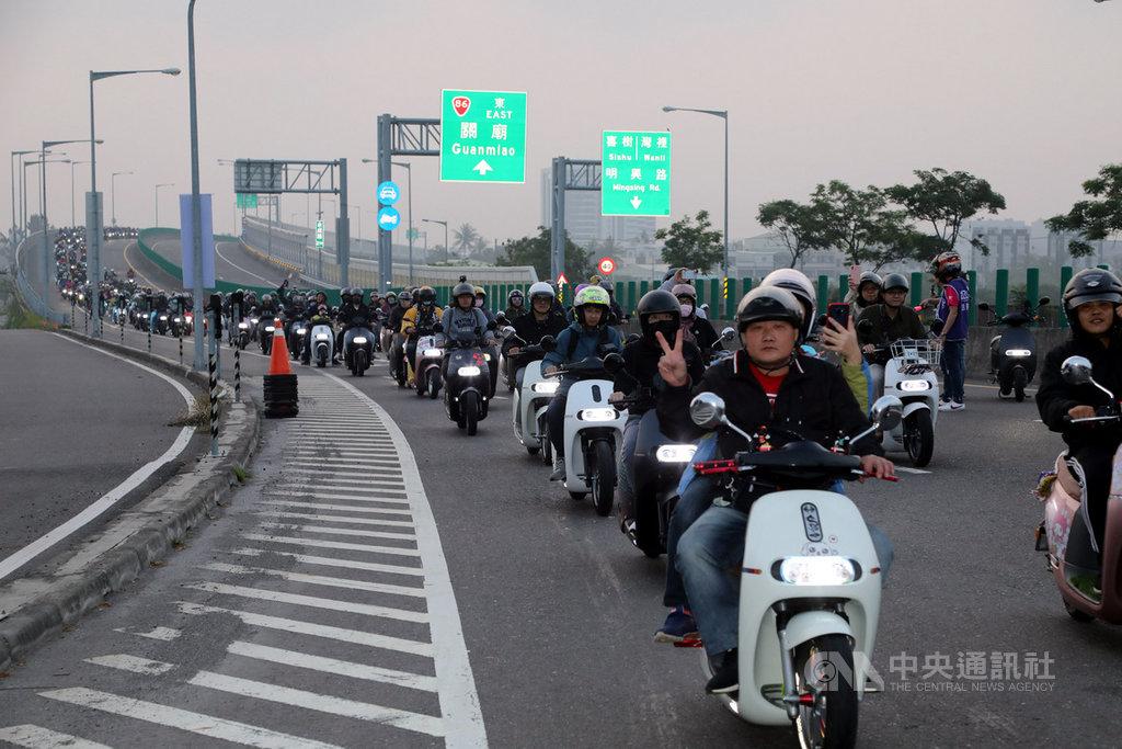 台南6日舉行Gogoro電動機車大會師活動,近2000輛電動機車騎上快速道路。中央社記者張榮祥台南攝 108年4月6日