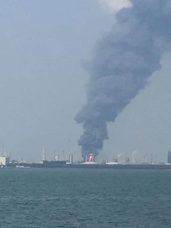 台塑麥寮六輕廠區7日下午發生氣爆,濃煙直竄天際。(圖取自facebook.com/162608724089621)