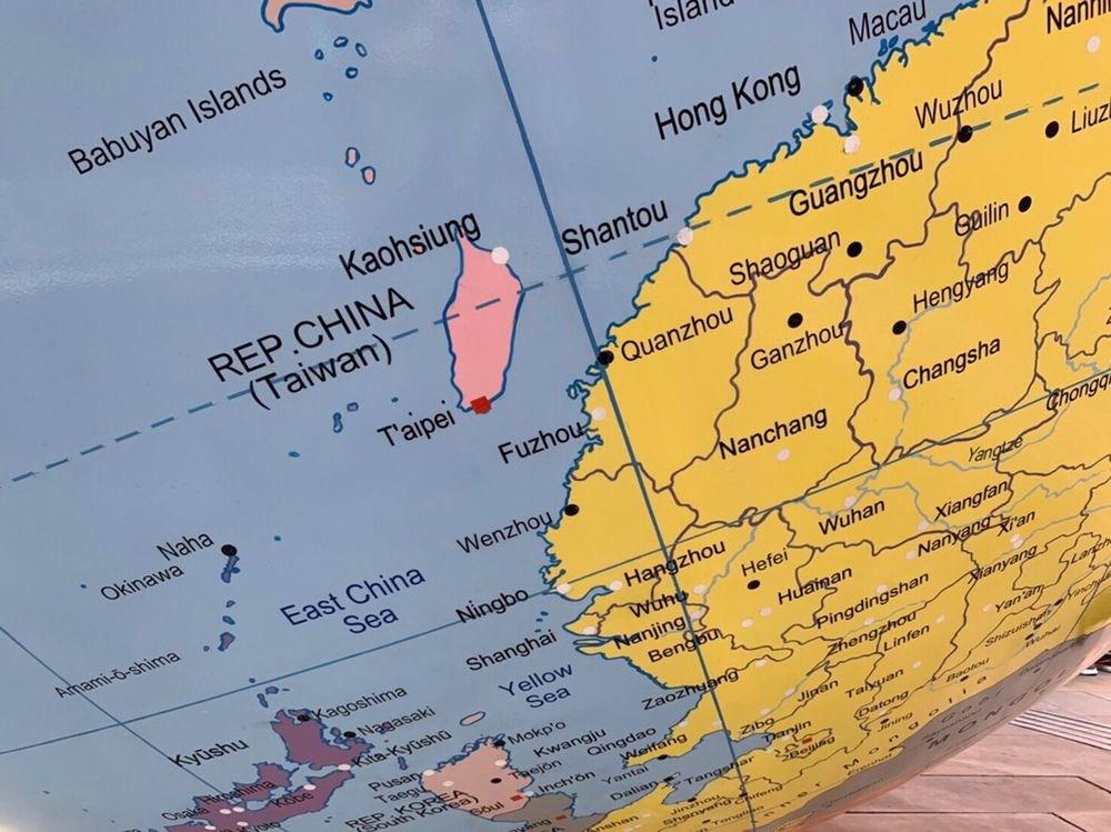 英國倫敦政經學院(LSE)的地球儀公共藝術品把台灣和中國標為不同顏色,引發爭議。(駐英代表處提供)中央社記者戴雅真傳真 108年4月7日