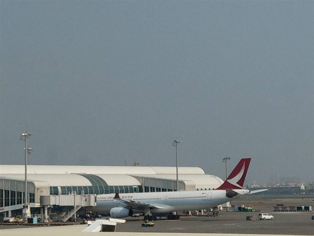 港龍航空8日高雄飛香港班機引擎冒煙,上午已折返高雄。(高雄航空站提供)中央社記者王淑芬傳真 108年4月8日