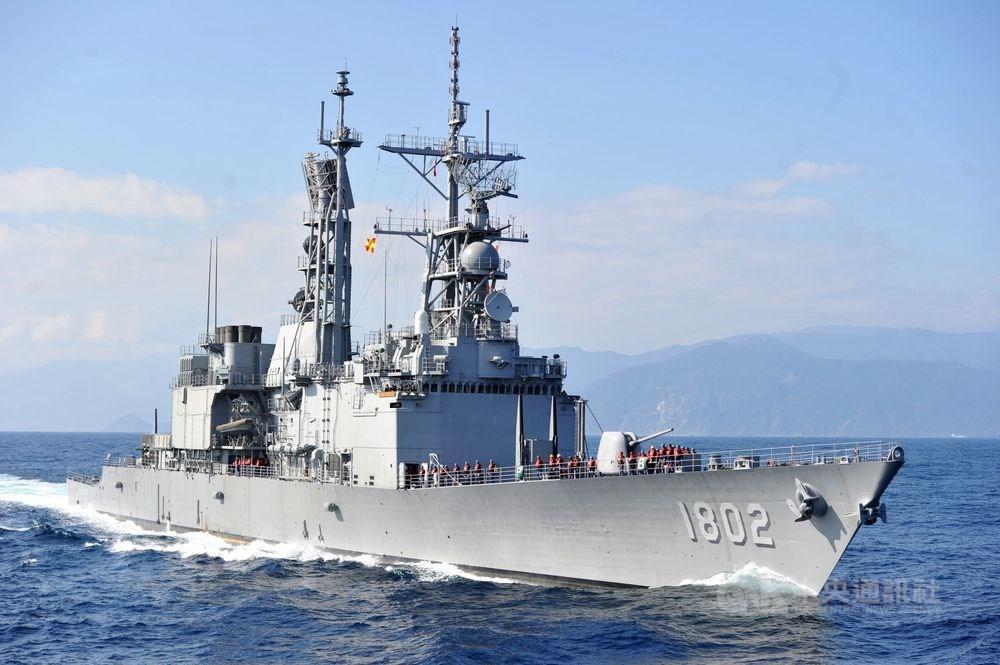 美國國防部公告一份由雷神公司得標的「外國軍事銷售」合約,提供台灣海軍艦艇相關雷達翻修,總價約新台幣15.4億元。圖為海軍基隆級軍艦。(中央社檔案照片)